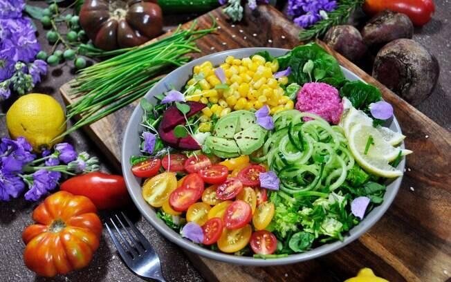 Nesse caso, o consumo de proteína animal é diminuído ou excluído do cardápio e entram proteínas vegetais