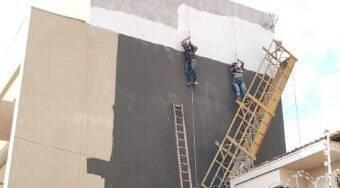 Pintores ficam pendurados a 15 m do chão após andaime cair; assista