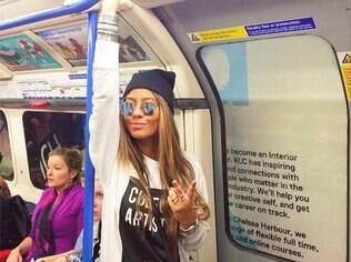 Rafaella Santos no metrô de Londres