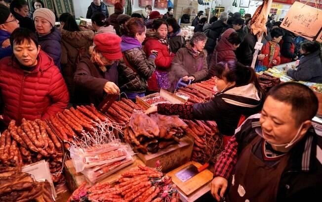 Mercado chinês vendendo animais exóticos antes da pandemia de Covid-19