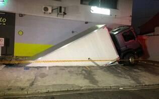 Solo de estacionamento cede e caminhão cai sobre academia na zona norte de SP