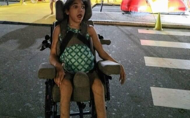 Cadeira de rodas de menina de 15 anos foi roubada de dentro de carro em Belo Horizonte