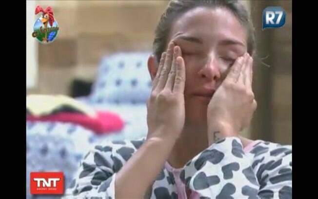 Personal trainer chora e declara não aguentar mais de saudade da família