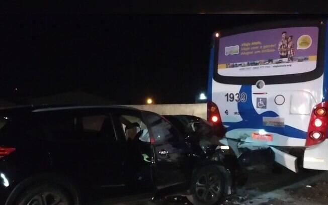 Motorista perde controle e bate na traseira de ônibus na Santos Dumont