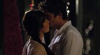 Rodrigo e Manu se beijam e ele a pede em casamento