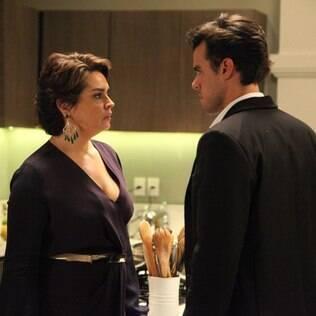 Beatriz sai em defesa de Cláudio e se irrita com Enrico