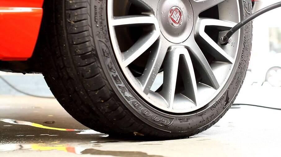 Um dos cuidados com os pneus mais esquecidos é mantê-los na calibragem correta. Verifique a pressão semanalmente