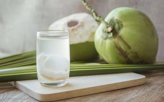 Água de coco é um ótimo ingrediente para os sucos energéticos. Ela pode ser combinada com diversas frutas