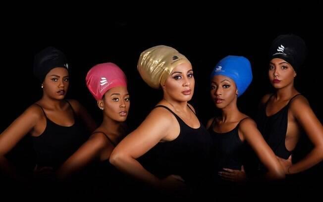 As toucas de natação da marca Da Minha Cor são fabricadas especialmente para cabelos afro: são mais resistentes e maiores para proteger todo cabelo