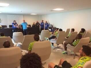 Ao lado do técnico Felipão, o médico José Luiz Runco conversa com os atletas na Granja Comary