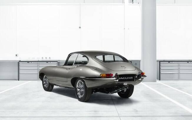 Visto de traseira, o E-Type restaurado pela marca inglesa vem com todos os detalhes da época em que foi lançado
