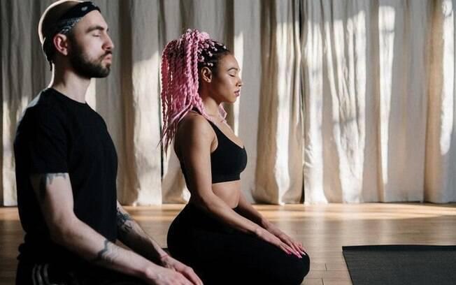 Conheça os exercícios de yoga para fazer em dupla