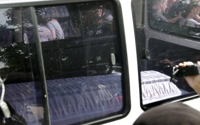 Ambulância transportando caixão vazio chega ao porto de Wijayapura para atravessar rumo a ilha-prisão de Nusakambangan, em Cilacap, Indonésia