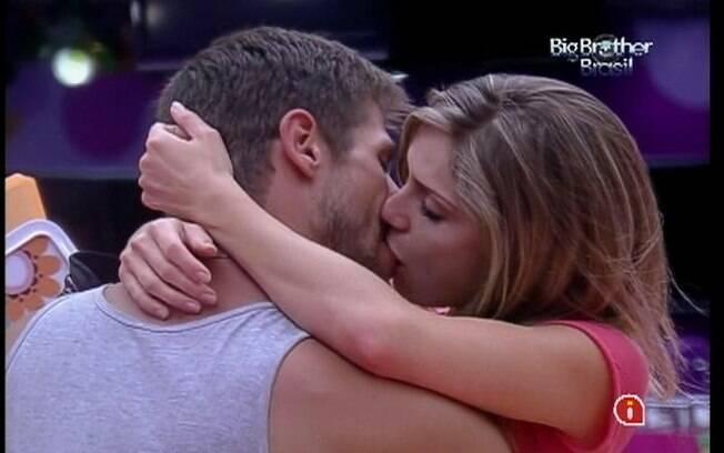 Renata beija Jonas logo no início do confinamento