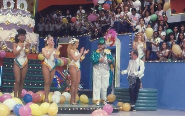 Chacrinha e as Chacretes no palco do 'Cassino do Chacrinha', na Globo