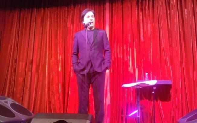 Tom Cavalcante no palco da casa de shows Comedians, apresentando seu show