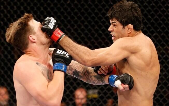 Brasileiro Viscardi Andrade acerta soco em  Bristol Marunde na primeira luta do UFC 163