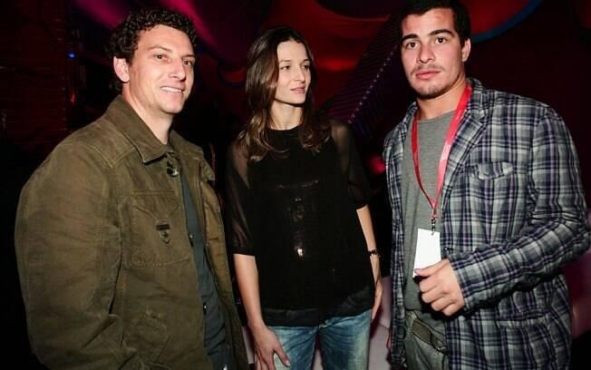 O jogador do Santos, Elano Blumer, e a mulher Alexandra, fazem pose ao lado do ator global, Thiago Martins