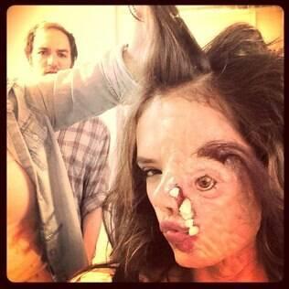 Alessandra Ambrósio mostra foto com maquiagem de filme de terror