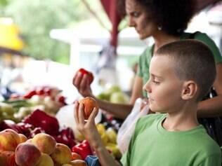 Levar a criança às compras facilita o envolvimento dela com o que vai à mesa