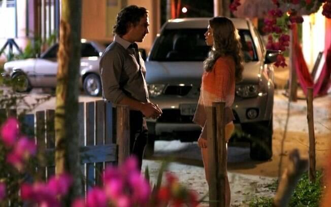 Alberto e Ester conversam em cena de