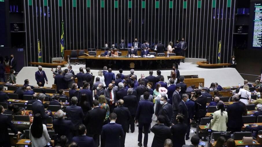 Câmara aprova admissibilidade da PEC que dificulta prisão de parlamentares