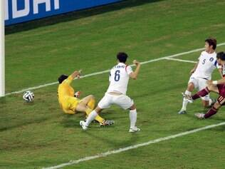 Russia's Alexander Kerzhakov, right, scores his side's first goal past South Korea's goalkeeper Jung Sung-ryong, left, and defenders Hwang Seok-ho (6) and Kim Young-gwon (5) during their group H World Cup soccer match at the Arena Pantanal in Cuiaba, Brazil, Tuesday, June 17, 2014. (AP Photo/Thanassis Stavrakis)