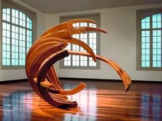 Geometria. Traços e recortes geométricos são apenas alguns dos aspectos presentes nas esculturas