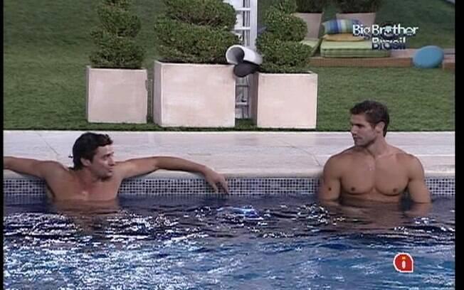Fael e Jonas têm a piscina só para eles