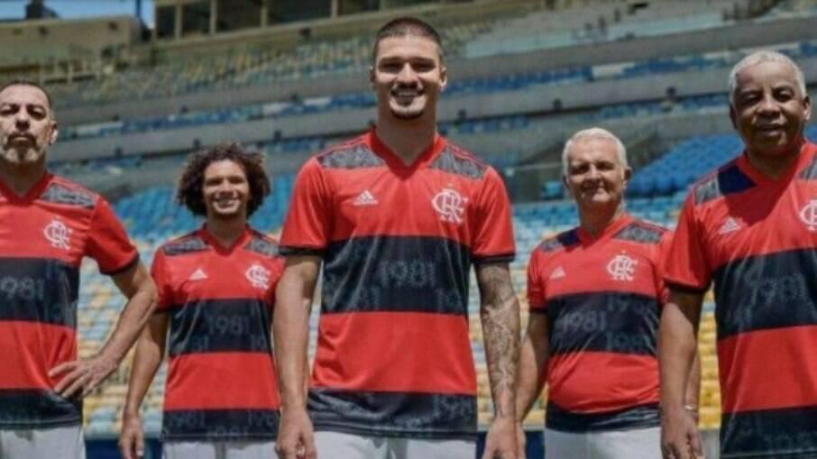Ídolos e jogadores do elenco atual do Flamengo posaram com a nova camisa