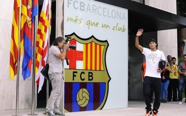 Fotógrafos esperavam por Neymar em frente à  sede do Barcelona