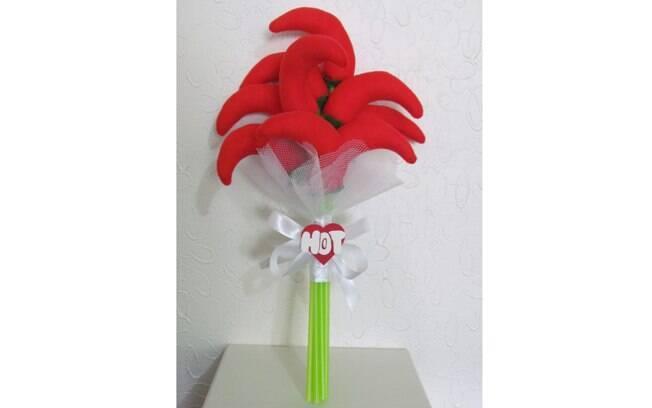 Buquê 'Hot Love', feito com pimentinhas. É para a noiva jogar para as amigas que querem um relacionamento apimentado. Da Fuxikits