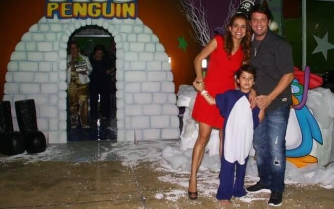 Nívea Stelmann, Miguel e Mario Frias posam para foto