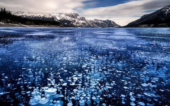 As bolas brancas visíveis no interior do gelo são bolhas de metano