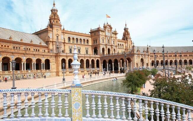A Praça de Espanha apresenta uma fonte enorme com incríveis jatos de água e também é uma construção magnífica