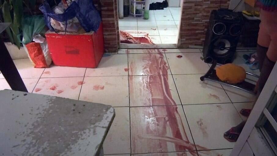 Moradores do Jacarezinho denúnciam cenas de abuso policial. Registros fotográficos mostram rastros de sangue na casa de moradores
