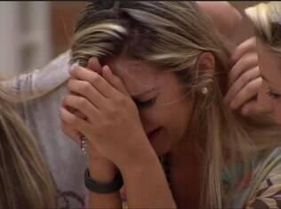 Tatiele chora com a saída de Roni e é consolada por Vanessa e Clara