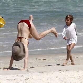 Fernanda Torres brinca com o filho Antônio na praia