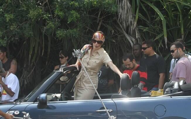 A atriz entrou em um carro conversível para gravar cenas do seriado na manhã desta quarta-feira (04)
