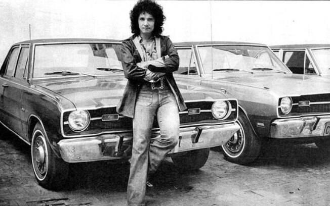 O Rei posa na frente dos modelos da Dodge dos anos 70  na época do filme