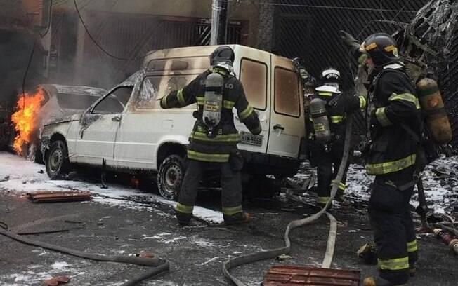 Dezesseis equipes do Corpo de Bombeiros atuaram no local onde avião caiu, em São Paulo