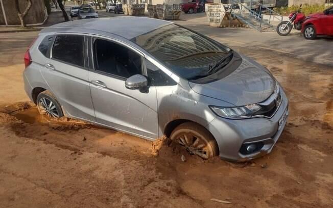 Motorista fica com carro atolado após cair em buraco em Valinhos