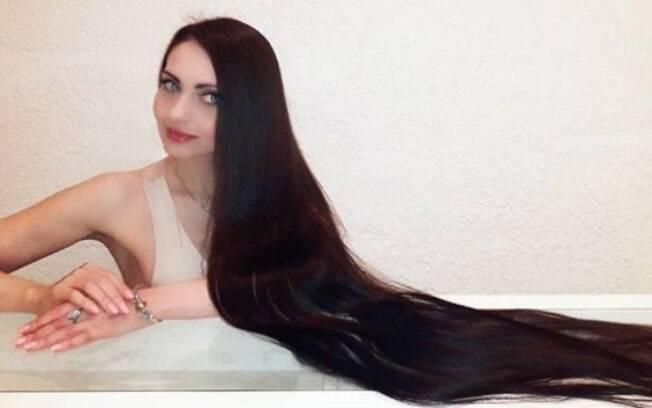 Olga Demidova foi apelidada de Rapunzel na cidade onde vive na Rússia e exibe cabelos com 1,5 metro de comprimento