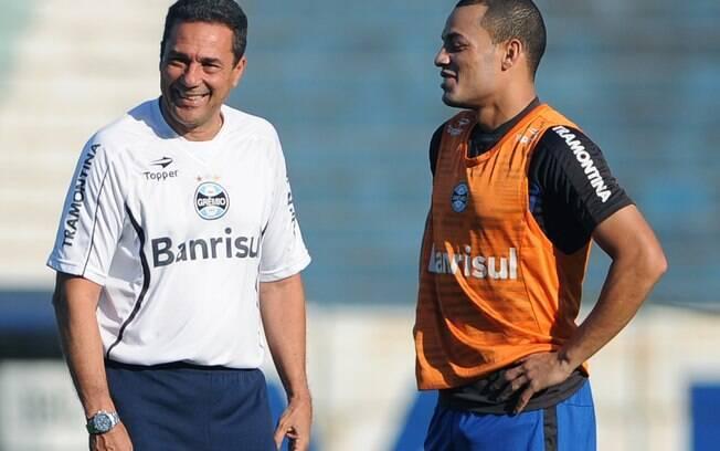 O treinador Luxemburgo conversa com Léo Gago  durante treinamento do Grêmio pra o jogo deste  domingo