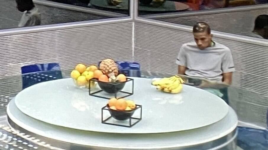 Lucas Penteado come sozinho na cozinha do 'BBB 21