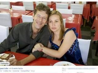 O álbum de fotos de Rejane no Facebook já tem imagens do casal em momentos offline