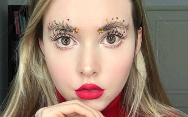 A blogueira Taylor R lançou a tendência da sobrancelha em formato de Árvore de Natal inspirada pela festividade