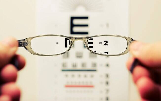 Devido à cegueira, o rapaz só consegue enxergar a primeira letra da tabela de Snellen usada por oftalmologistas