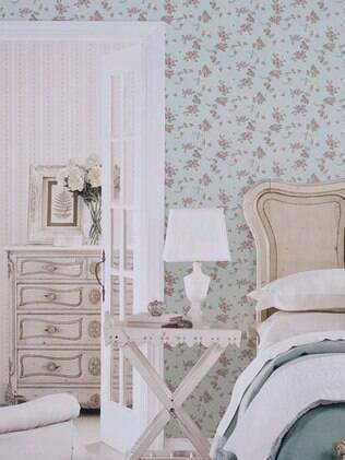 Em espaços pequenos, o ideal é usar papéis de parede lisos ou com estampas reduzidas