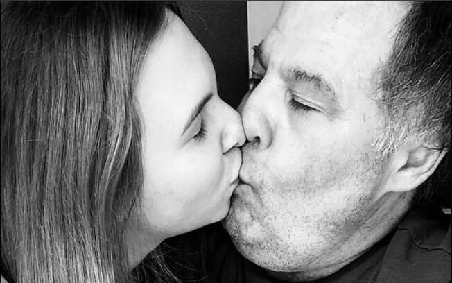 Apesar dos comentários negativos, o casal não deixa de sair em público e demonstrar o amor